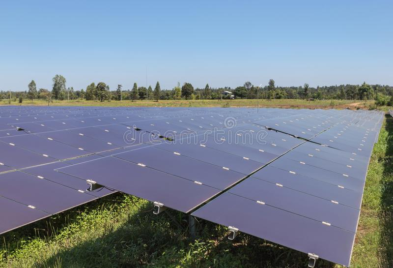 Sluit omhoog serie van dunne filmzonnecellen of amorfe siliciumzonnecellen in zonneelektrische centrale royalty-vrije stock foto's