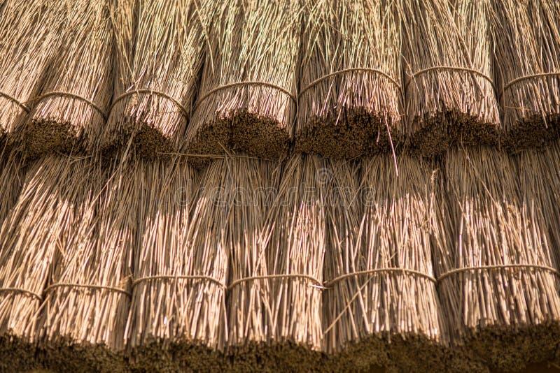 Sluit omhoog stroachtergrond De textuur van met stro bedekt dak stock fotografie