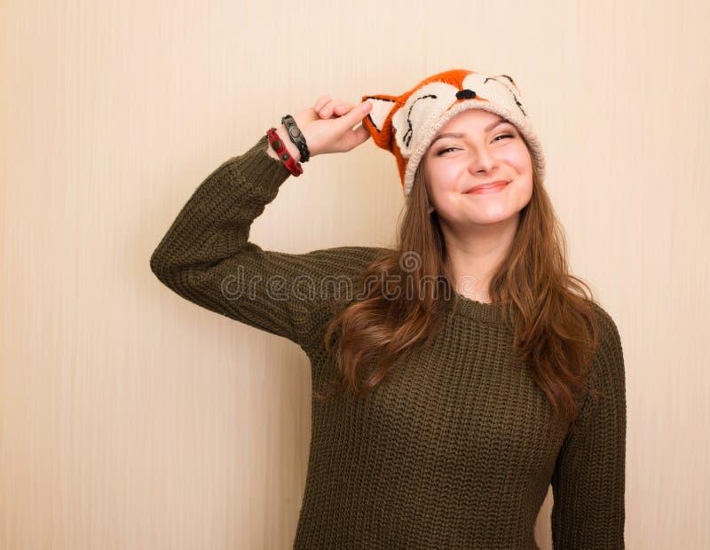 Sluit omhoog studioportret van vrolijk hipstermeisje in grappige vos h stock afbeeldingen