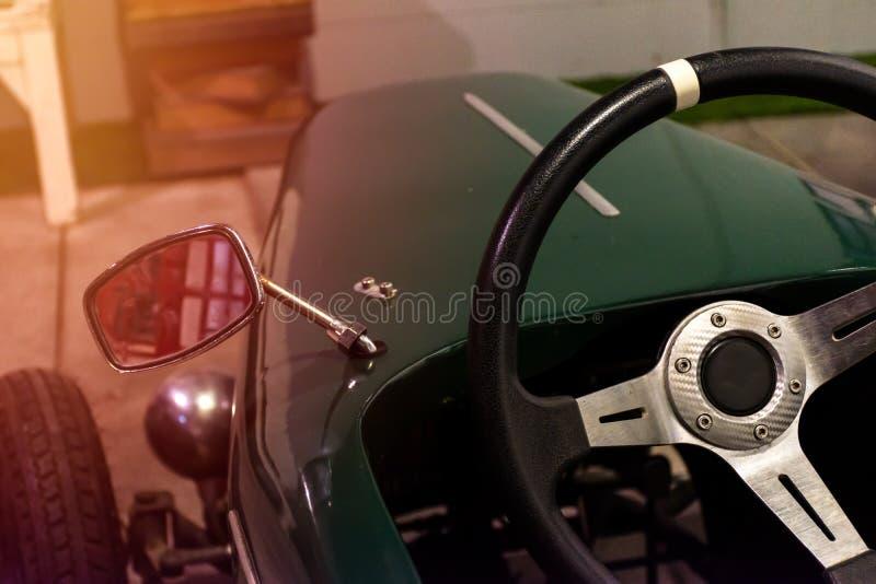 Sluit omhoog stuurwiel in weinig klassieke auto royalty-vrije stock fotografie