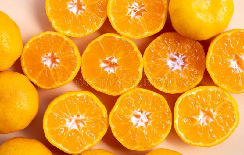Sluit omhoog textuur van verse gesneden sinaasappelen stock afbeelding