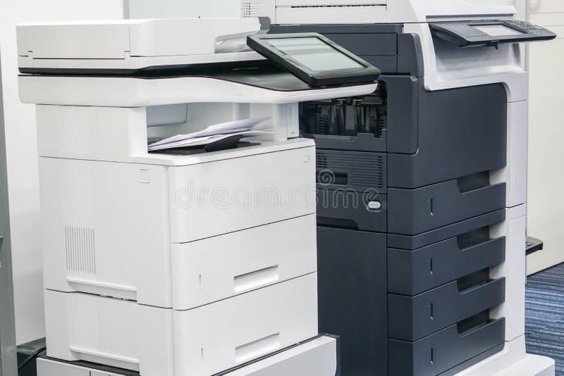 Sluit omhoog twee bureauprinters stock fotografie