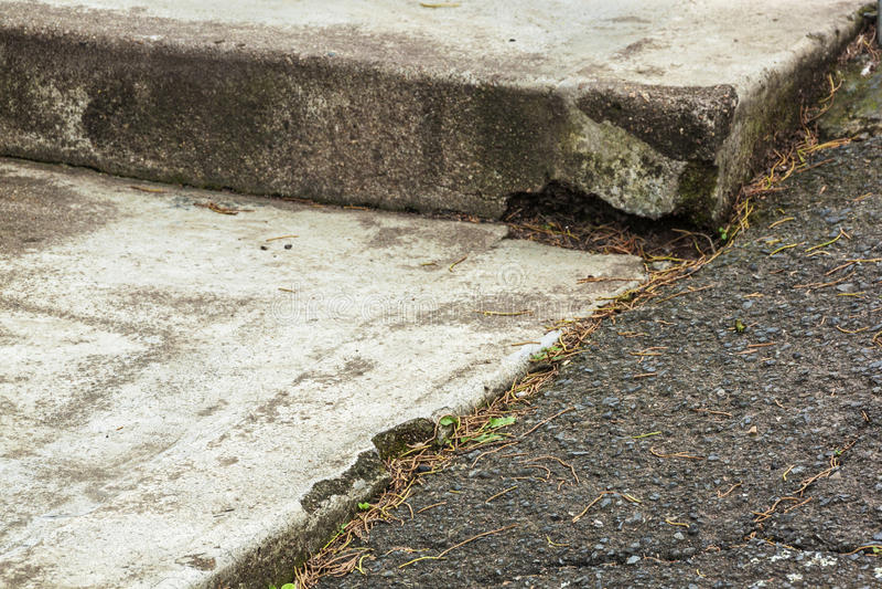 Sluit omhoog Uitstekend Asphalt Driveway en Concrete Stappen royalty-vrije stock foto