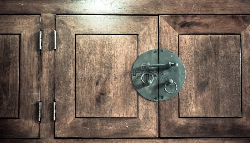 Sluit omhoog - Uitstekende zwarte Klink op hout stock afbeeldingen