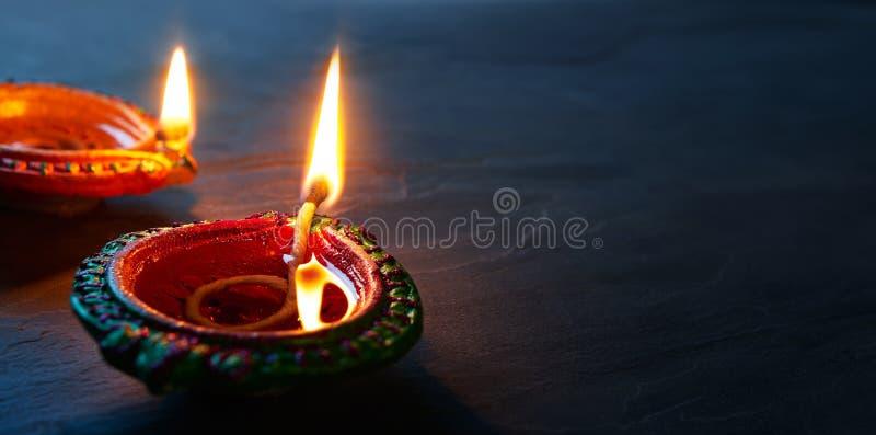 Sluit omhoog van aangestoken Diya-lampen op vloer royalty-vrije stock afbeeldingen
