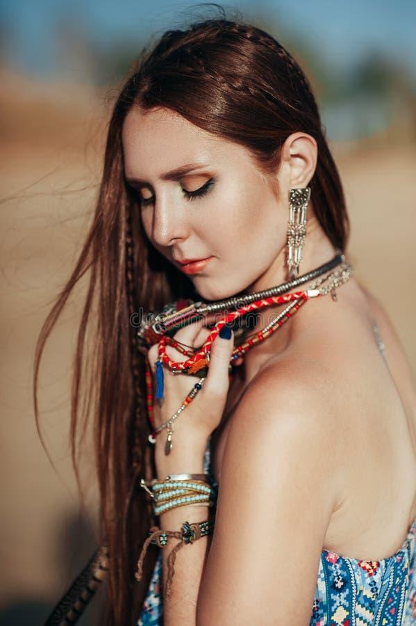 Sluit omhoog van aantrekkelijke jonge vrouw die bohotoebehoren dragen stock foto's