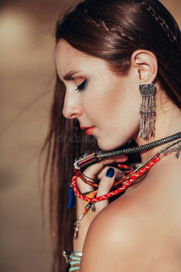 Sluit omhoog van aantrekkelijke jonge vrouw die bohotoebehoren dragen royalty-vrije stock fotografie