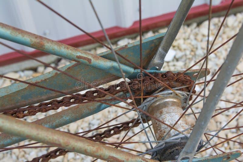 Sluit omhoog van achter roestige tand van oude fiets royalty-vrije stock foto