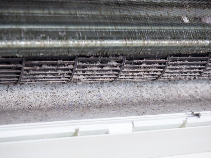 Sluit omhoog van airconditioner en de Vuile ventilator van de eekhoornkooi, huis ai stock fotografie