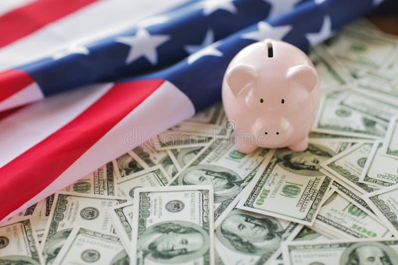 Sluit omhoog van Amerikaans vlag, spaarvarken en geld stock afbeelding