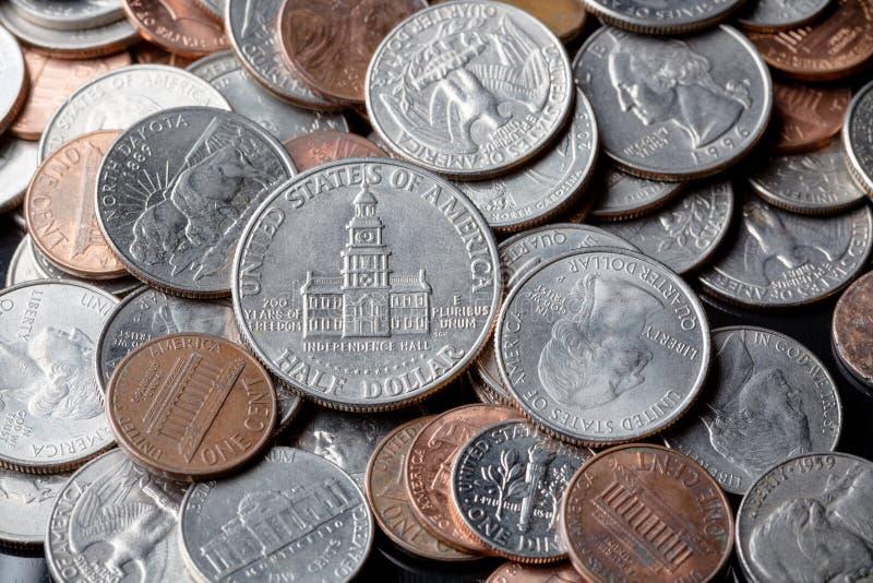 Sluit omhoog van Amerikaanse Amerikaanse dollarmuntstukken als achtergrond Het concept van financiën royalty-vrije stock fotografie