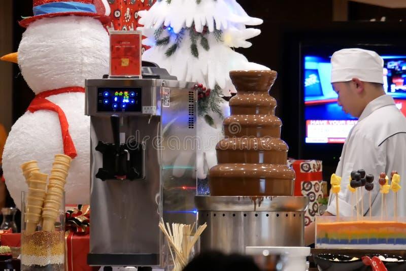 Sluit omhoog van arbeider die voedsel voor klant voorbereiden bij dessertgebied stock foto's