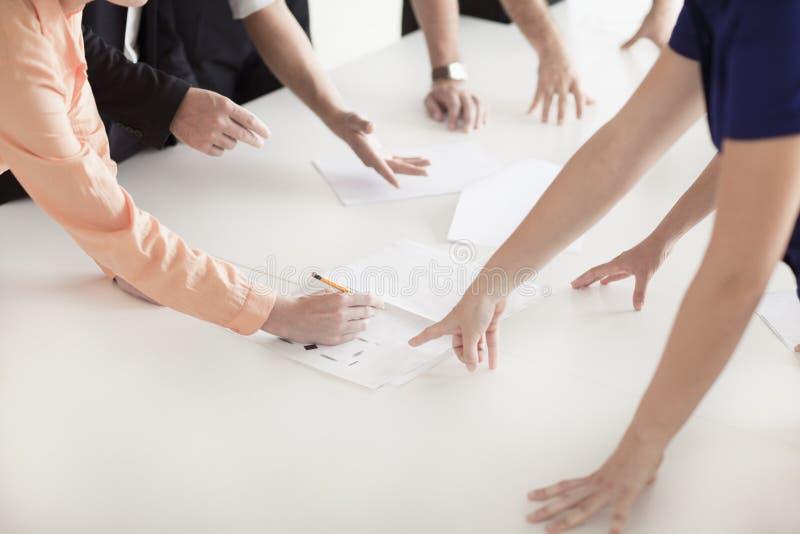 Sluit omhoog van armen en handen van bedrijfsmensen in het bureau die een commerciële vergadering hebben royalty-vrije stock fotografie
