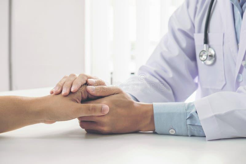 Sluit omhoog van arts wat betreft geduldige hand voor aanmoediging en empathie op het ziekenhuis, het toejuichen en steunpatiënt, stock afbeelding