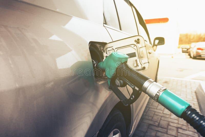 Sluit omhoog van auto bijtanken in benzinestation, het concept van de benzineolie stock foto