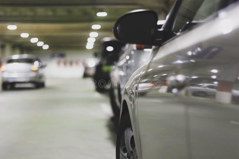 Sluit omhoog van auto in ondergrondse parkerengarage royalty-vrije stock foto