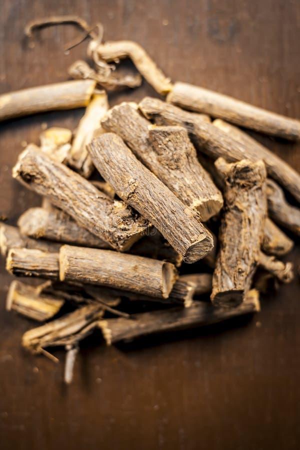 Sluit omhoog van Ayurvedic-de wortel van het kruidzoethout, zoethoutwortel, is de glabrawortel van Mulethi of Glycyrrhiza-op een  stock foto's