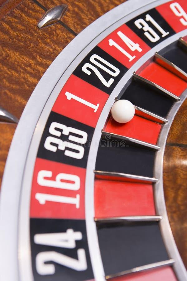 Sluit omhoog van bal op roulettewiel royalty-vrije stock afbeelding
