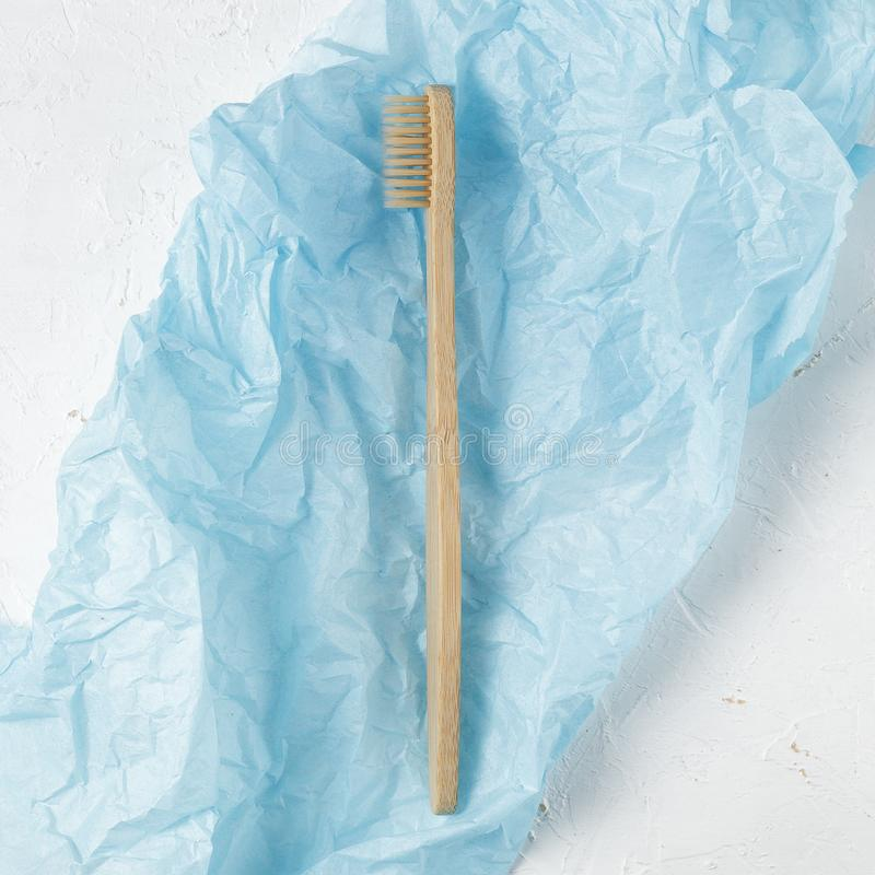 Sluit omhoog van bamboetandenborstel, nul afvalconcept stock foto's