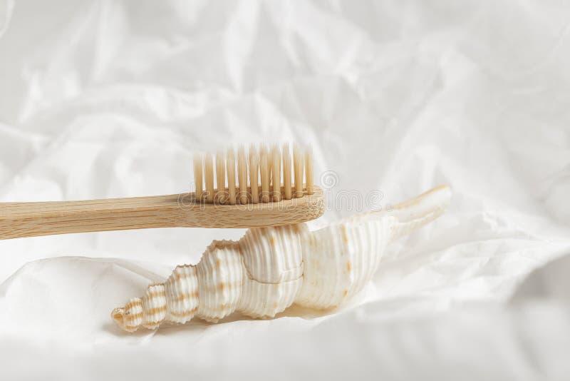 Sluit omhoog van bamboetandenborstel, nul afvalconcept stock foto