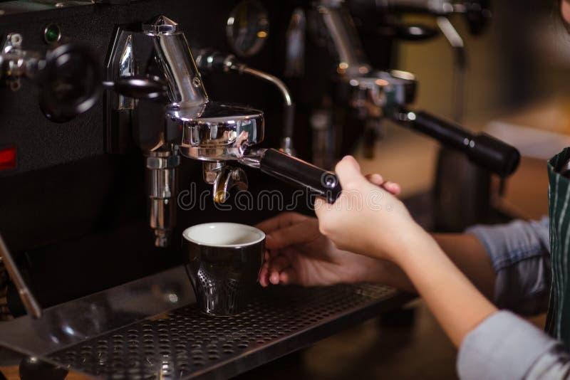 Sluit omhoog van barista gebruikend koffiemachine stock fotografie