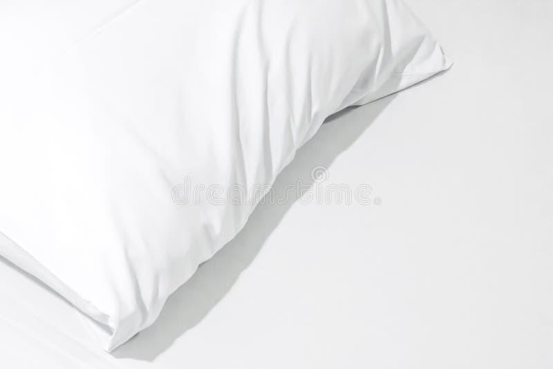 Sluit omhoog van beddegoedbladen met exemplaar ruimte, Wit hoofdkussen op B royalty-vrije stock foto