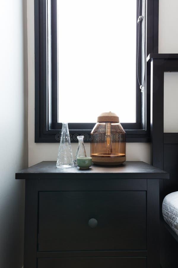 Sluit omhoog van bedlijst met ornamenten en helder venster behin stock fotografie