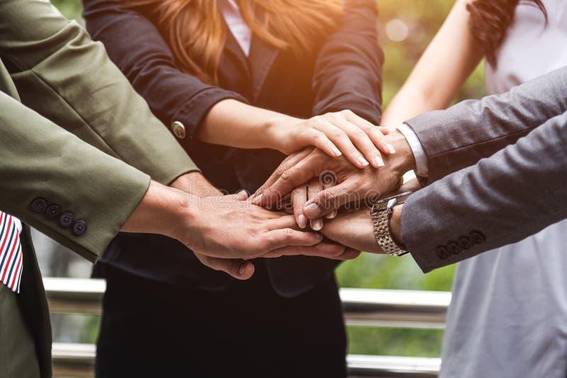 Sluit omhoog van bedrijfsmensenhanden stapelend aangezien de groepswerkleiding collectief in teambedrijf assembleert Groep groeps royalty-vrije stock foto's