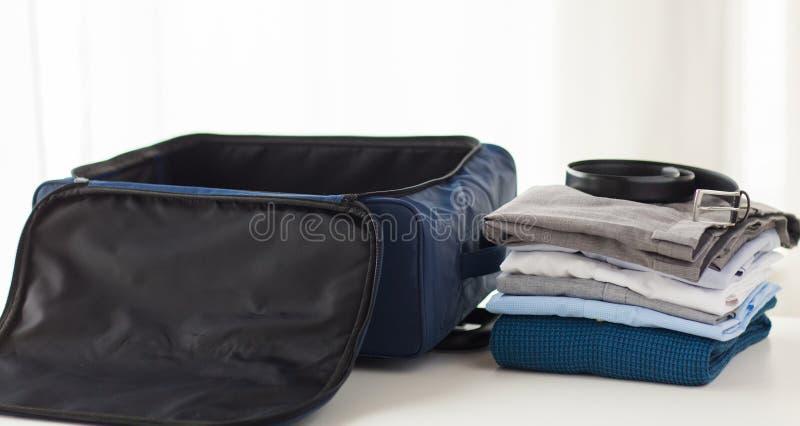 Sluit omhoog van bedrijfsreiszak en kleren stock afbeeldingen