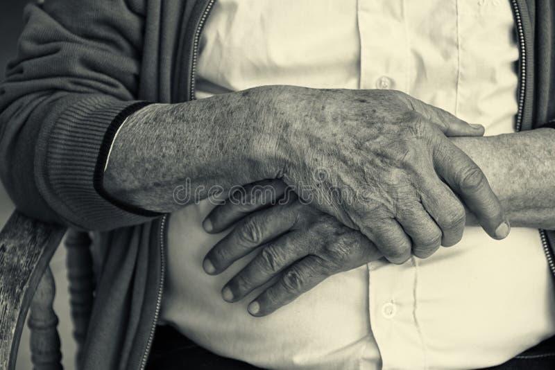 Sluit omhoog van bejaarde mannelijke handen De Zwart-witte foto van Peking, China royalty-vrije stock fotografie