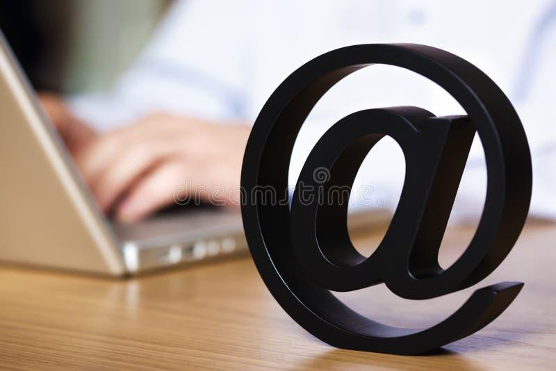 Sluit omhoog van bij symbool met laptop. stock afbeelding