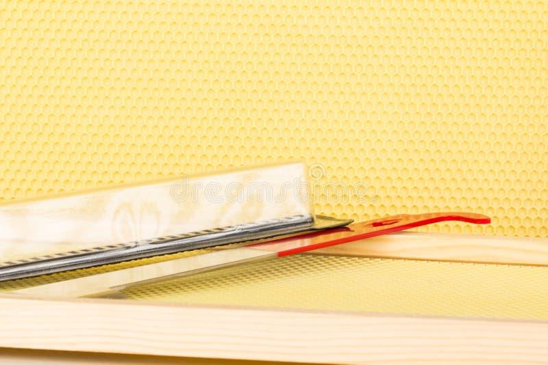 Sluit omhoog van bijenkorfcomponenten en hulpmiddelen stock foto's