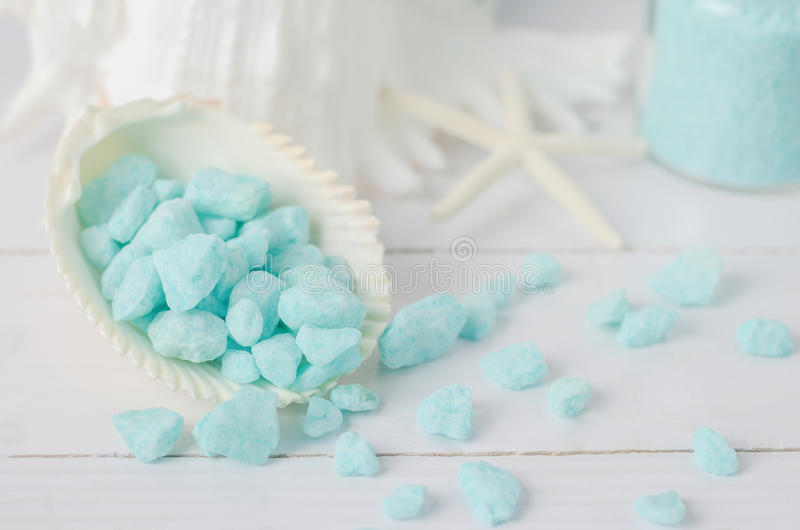 Sluit omhoog van blauw aroma spa zout met overzeese shells stock foto