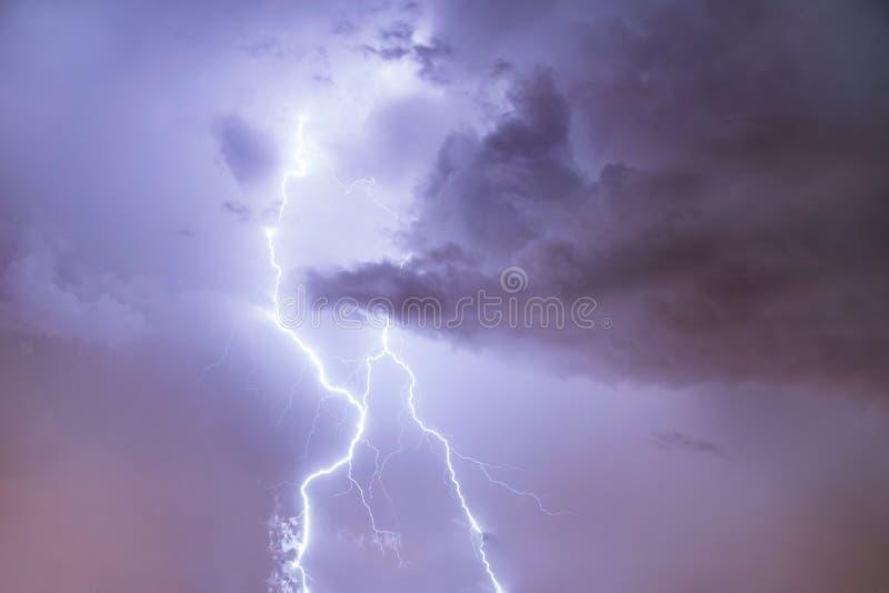 Sluit omhoog van bliksemstaking op de nacht bewolkte hemel royalty-vrije stock fotografie