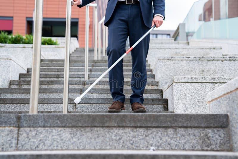 Sluit omhoog van Blinde Persoon het Onderhandelen Stappen in openlucht Gebruikend Riet stock afbeeldingen