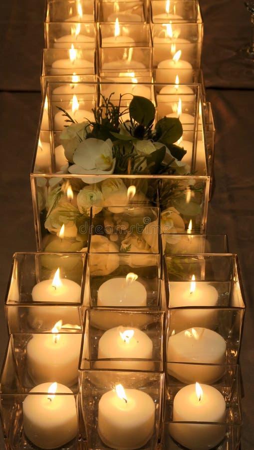 Sluit omhoog van bloemdecor en kaarsen op de dinerlijst royalty-vrije stock fotografie