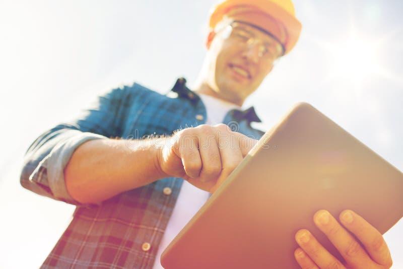 Sluit omhoog van bouwer in bouwvakker met tabletpc royalty-vrije stock afbeelding