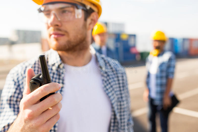 Sluit omhoog van bouwer in bouwvakker met walkie-talkie stock fotografie