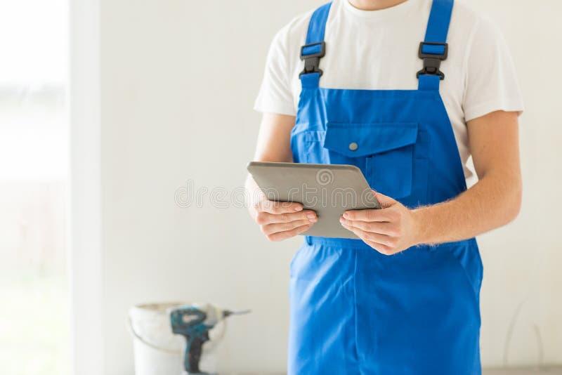 Sluit omhoog van bouwer of werkman met tabletpc royalty-vrije stock foto