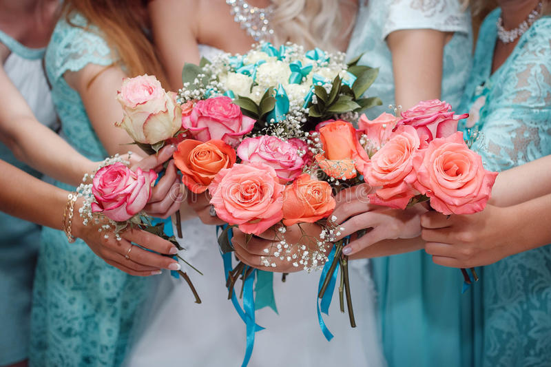 Sluit omhoog van bruid en bruidsmeisjesboeketten royalty-vrije stock afbeeldingen