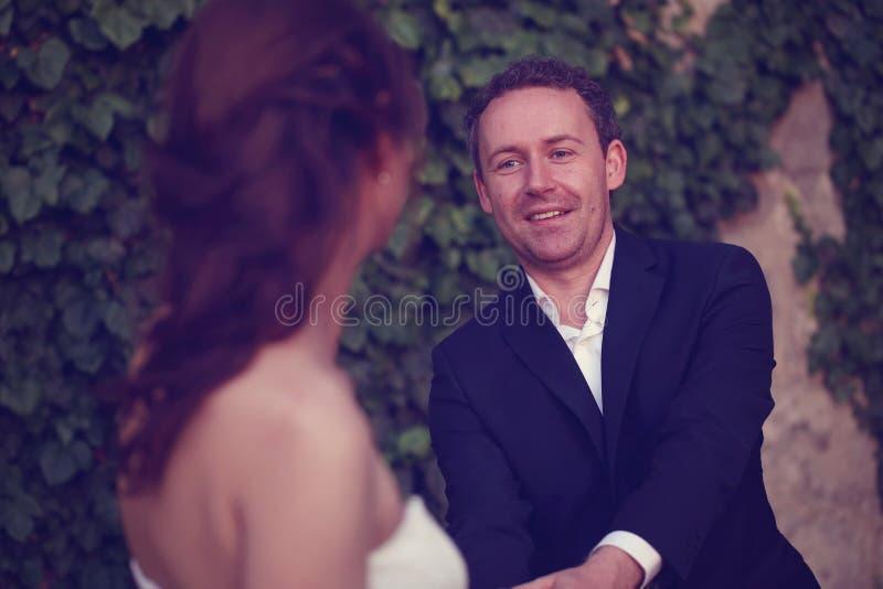 Sluit omhoog van bruidegom en bruid stock afbeelding