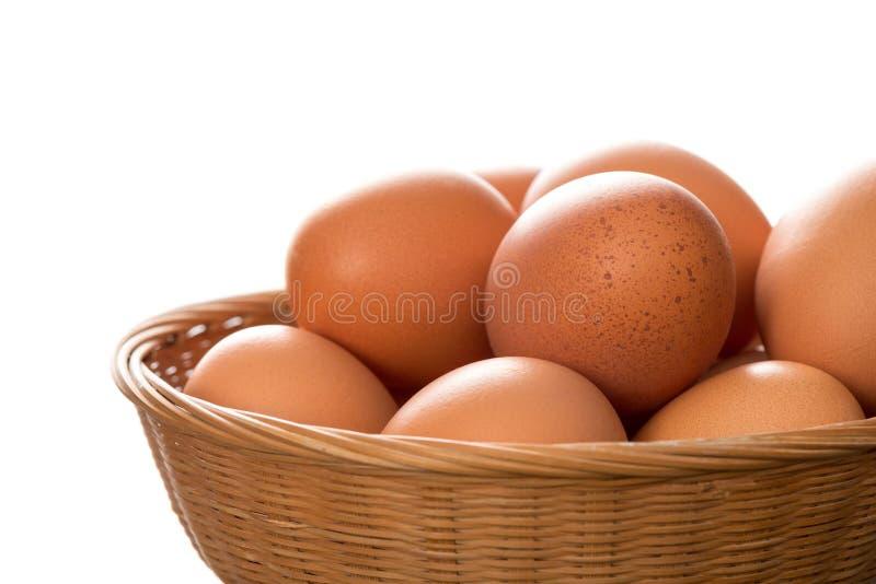 Sluit omhoog van Bruin Hen Eggs in Rieten Dienblad stock afbeelding