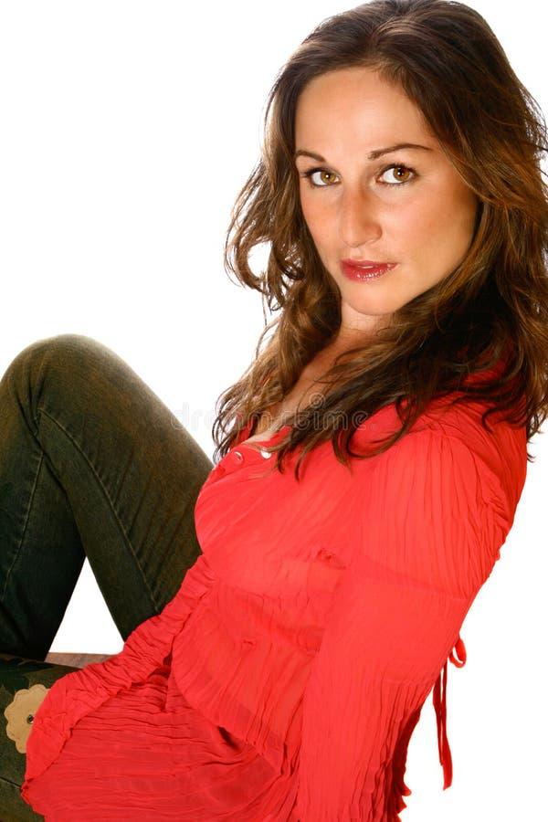 Sluit omhoog van brunette in rood royalty-vrije stock foto's