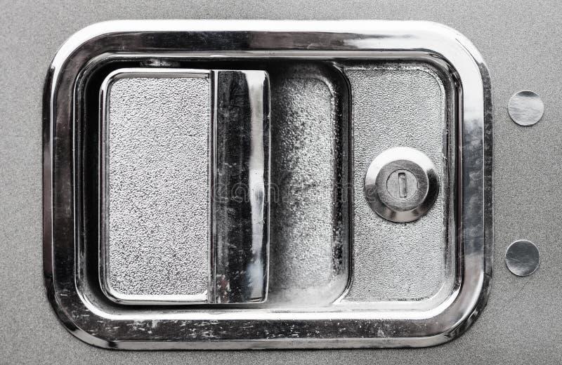 Sluit omhoog van buiten de deurhandvat van de chroom semi vrachtwagen stock fotografie