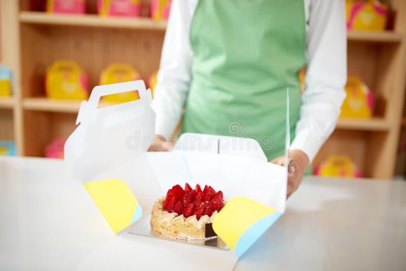 Sluit omhoog van cake in kartonverpakking voor het weghalen royalty-vrije stock afbeelding