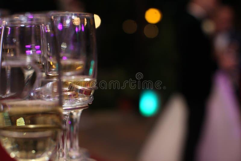 Sluit omhoog van champagne in glazen stock foto's