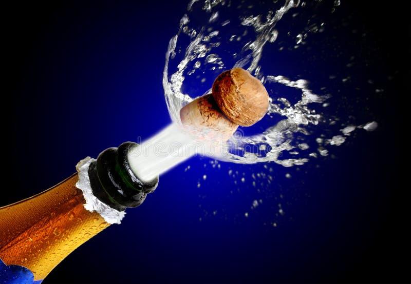 Sluit omhoog van champagnecork het knallen stock foto's