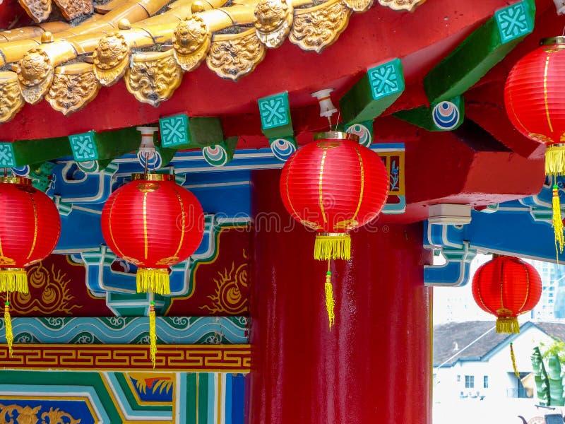 Sluit omhoog van Chinees Tempeldak met lantaarns en details stock foto's