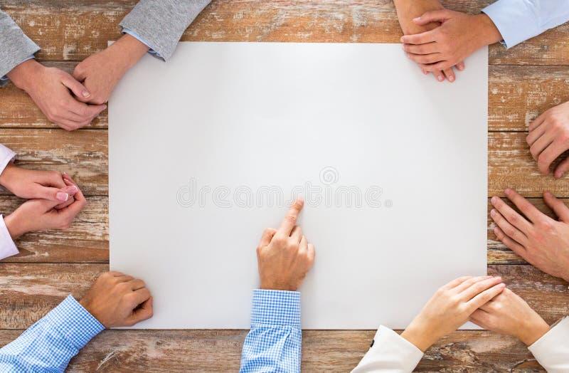 Sluit omhoog van commercieel team met document bij lijst royalty-vrije stock afbeeldingen
