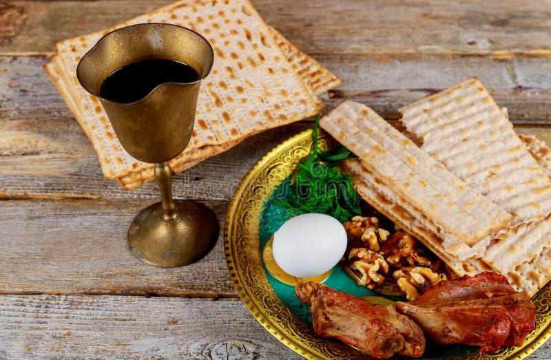 Sluit omhoog van concepten Joodse vakantie passover matzot en tallit het substituut voor brood op de Joodse Paschavakantie stock afbeeldingen